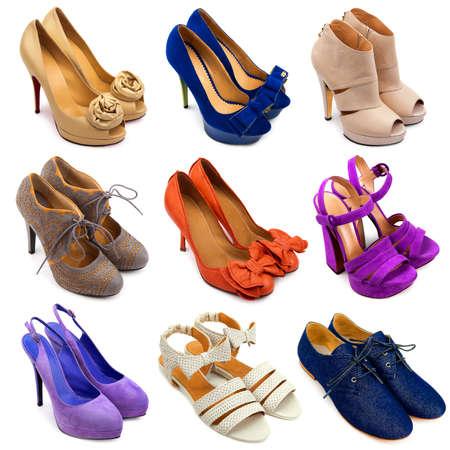 sandalias: Juego de zapatos diferentes, mujeres multicolores sobre un fondo blanco 9 piezas Foto de archivo