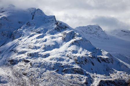 montañas nevadas: Un fragmento de la mayor gama de montaña del Cáucaso Foto de archivo