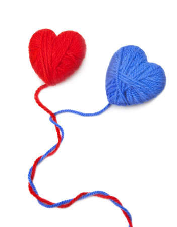 hilo rojo: Corazones multicolores de lana sobre fondo blanco