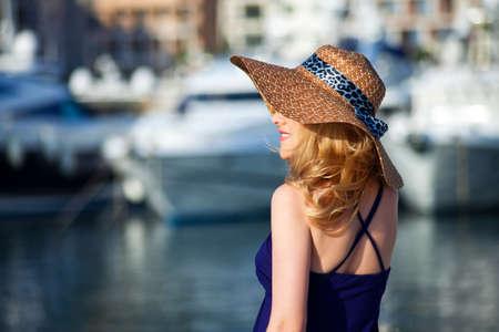 jolie fille: Femme attirante sur fond yachts