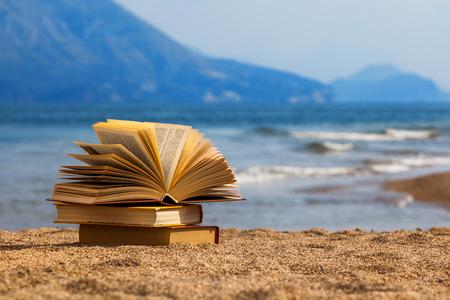 해변에서 책을 열었습니다. 스톡 콘텐츠