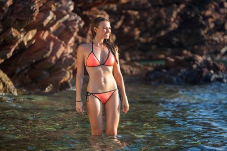 Schöne Frau, die Bade auf See