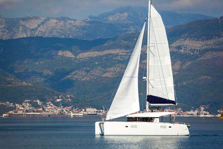 Catamarano a vela in baia di Tivat in Montenegro