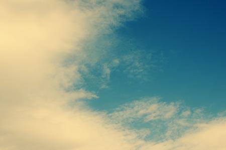 vapore acqueo: nube bianca dettaglio in un cielo blu Archivio Fotografico
