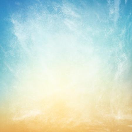 azul turqueza: nubes sobre un fondo con textura de papel de la vendimia