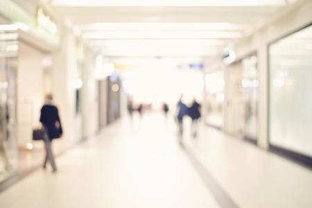 Blur magasin avec bokeh, méconnaissable personnes shopping, les gens d'affaires marchant dans le couloir de bureau Banque d'images - 38569995