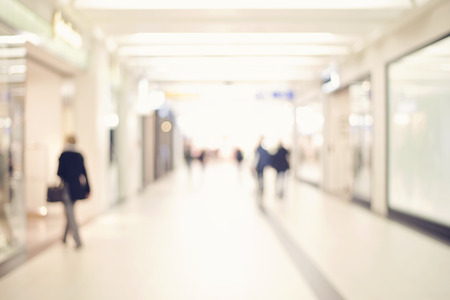 Negozio Blur con sfondo bokeh, irriconoscibili le persone lo shopping, gli uomini d'affari che cammina nel corridoio ufficio Archivio Fotografico - 38569995