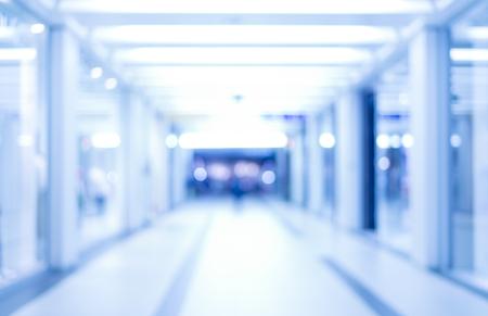 Abstrait arrière-plan flou défocalisé, couloir d'affaires vide ou un centre commercial. Médical et hospitalier couloir fond défocalisé avec le laboratoire moderne (clinique) Banque d'images - 53132132