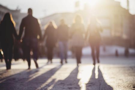 persona caminando: difuminar las personas de antecedentes, siluetas irreconocibles de la gente que camina en una calle