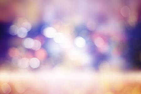 与自然bokeh和明亮的紫色光的欢乐背景。与五颜六色的bokeh的葡萄酒魔术背景。春天夏天圣诞节新年迪斯科派对派党背景。