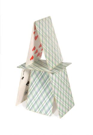 Das zweistöckige Haus ist klein von Spielkarten hergestellt