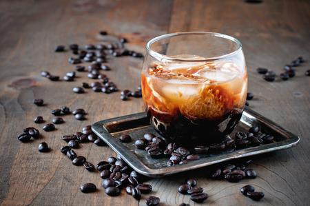 Likör mit Sahne in Gläsern mit Kaffeebohnen auf einem hölzernen Hintergrund, alkoholische mexikanische Getränk, selektiver Fokus, getönten Bild Standard-Bild - 65179686
