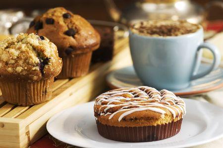 커피 한잔과 함께 테이블에 커피 케이크