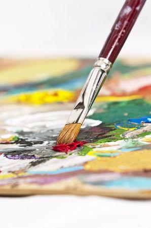 Detalle de un pincel sobre una paleta del artista Foto de archivo - 4762373