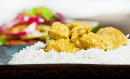Chicken curry served  with rice and garnished with cilantro leaves Stockfoto