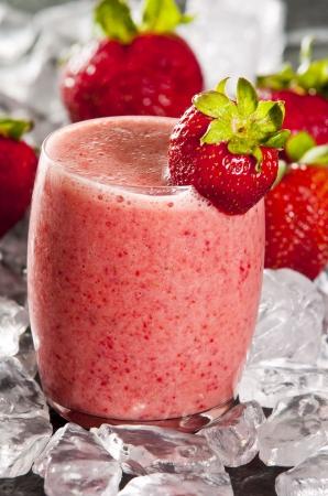 batidos de frutas: vaso de batido de fresa reci�n hecho