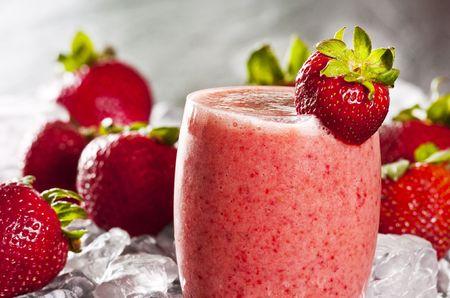 Strawberry smoothie: bicchiere di frullato di fragole appena fatto Archivio Fotografico