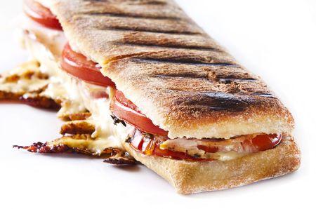 sandwich de pollo: s�ndwich de panini a la plancha con queso fundido Foto de archivo