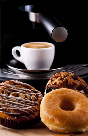 Vers donut en koekjes met een espresso
