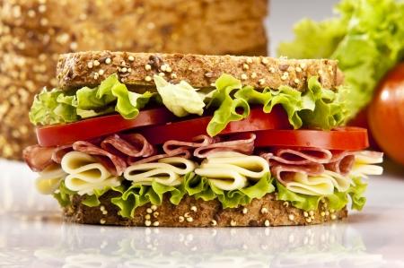 sandwich de pollo: Sandwich de salami con lechuga de queso y tomate  Foto de archivo