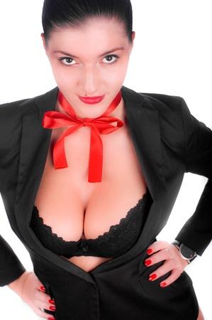 reggicalze: Una bella gril sexy in un anderwear nero con un fiocco rosso sul suo collo (isolata on white)