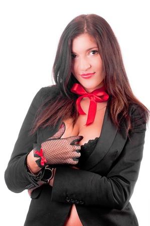 Une belle gril sexy dans un anderwear noir avec un archet rouge sur son cou (isolée sur fond blanc)