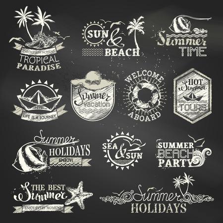 夏と休暇のラベルとエンブレムをチョークします。ベクトルは、黒板の背景にエンブレム、シンボル、バッジとロゴのテンプレートを旅行します。