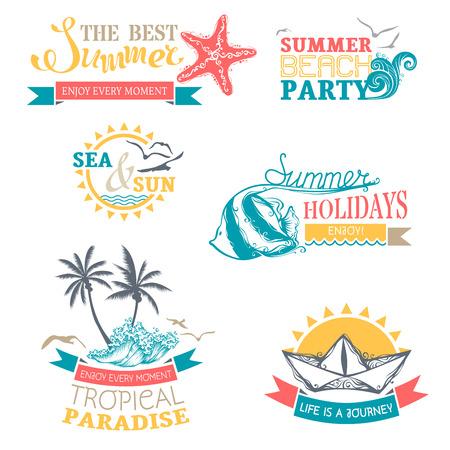 logotipo turismo: Conjunto del vector de etiquetas de verano e insignias. Viajes y vacaciones emblemas, símbolos, escudos y plantillas de logotipo aislados sobre fondo blanco.