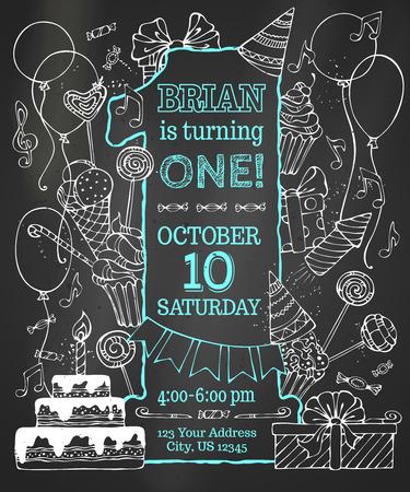 compleanno: Chalk primo invito di compleanno sulla lavagna. Scoppi disegnati a mano del partito di gesso e cappelli, dolci, ghirlande e palloncini, scatole regalo e fiocchi, note di musica e fuochi d'artificio, torta di compleanno su sfondo lavagna. Vettoriali