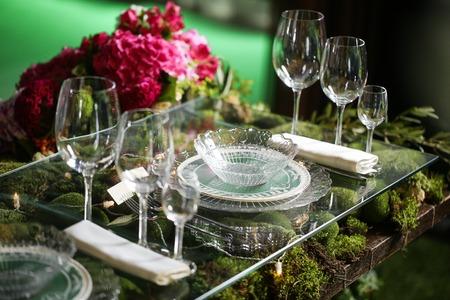 Blumenarrangement in der Schüssel mit rosa Rosen und Hortensien. Sitzordnung bei Tisch.