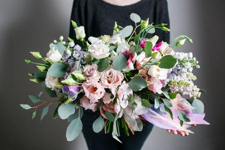 Rich bos van roze Eustoma en rozen bloemen, groen blad in de hand Verse lenteboeket. Achtergrond van de zomer Stockfoto - 59031999