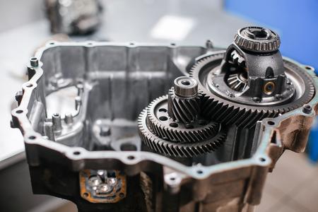 Coupe transversale d'une boîte de vitesses de la voiture. travail de la mécanique dans le garage.