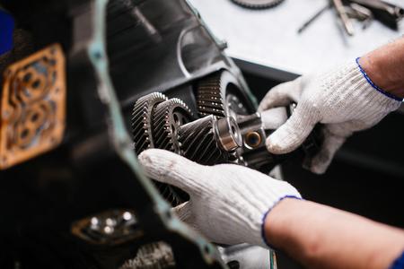 Querschnitt durch ein Auto-Getriebe. Mechanik Arbeit in der Garage.