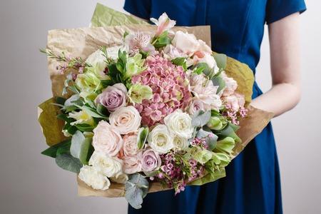 Vintage floristische achtergrond, kleurrijke rozen, antieke schaar en een touw op een houten tafel Stockfoto - 62890168