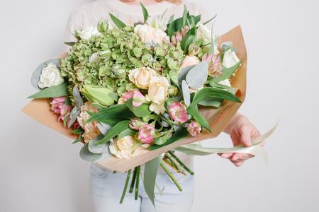 직장에서 플로리스트. 수국 풍부한 꽃다발을 확인합니다. 화려한 장미 스톡 콘텐츠