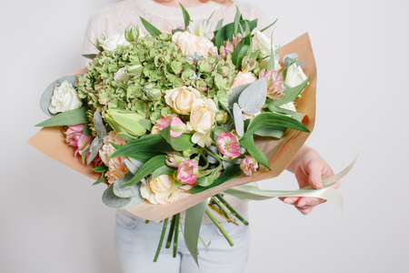 Florist at work. Make hydrangea rich bouquet. colorful roses Imagens - 62889143