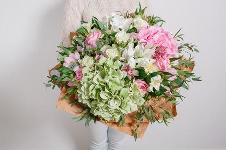 Florist at work. Make hydrangea rich bouquet. colorful roses Archivio Fotografico
