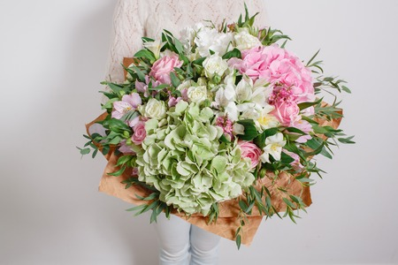 Florist at work. Make hydrangea rich bouquet. colorful roses Standard-Bild