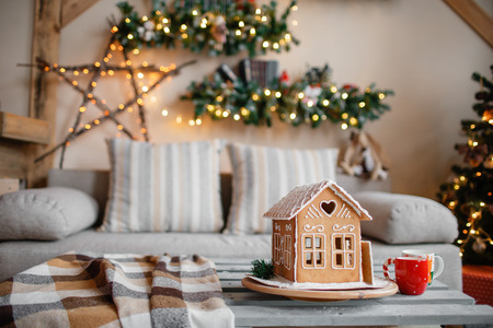 Homemade gingerbread house on background room decorated for Christmas Stockfoto