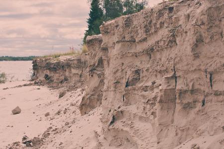 tragos: La espectacular playa de arena pronunciada en el río. nidos de golondrinas.