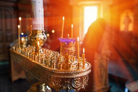 pila bautismal: Interior de la iglesia ortodoxa de Pascua. bautizo del bebé. Ceremonia de un bautizo en la iglesia cristiana. bañar al bebé en la pila bautismal Foto de archivo