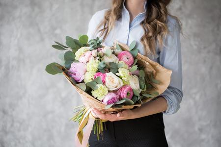 꽃집 직장 : 꽤 젊은 여자가 만드는 패션 다른 꽃의 꽃다발 스톡 콘텐츠