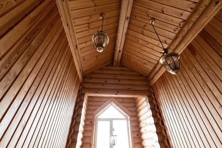 hospedaje: El baño en una cabaña de madera rústica, en las montañas. con un hermoso interior. casa de troncos de pino