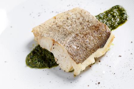 魚フィレの揚げ物、大西洋タラ白いプレートにローズマリーと