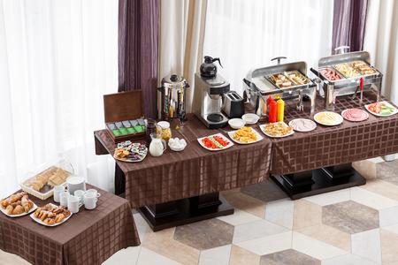 Ontbijt in het hotel. Buffettafel met servies wachtend op de gasten