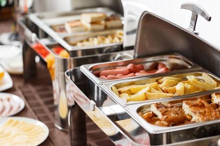 호텔에서 아침 식사. 튀긴 감자와 스크램블 드 에그와 다른 뜨거운 접시 스톡 콘텐츠