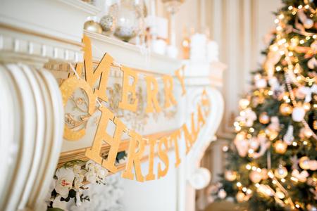 Weihnachtsmorgen. klassische Apartments mit einem weißen Kamin. Standard-Bild
