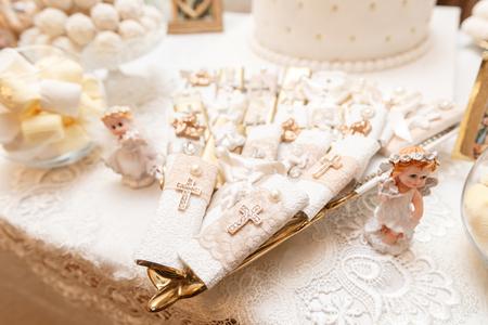 Zubehör für die Taufe von Kinderikonen aus Kerzen und Schrift, die christlich-armenische Kirche. Das Sakrament der Kinder