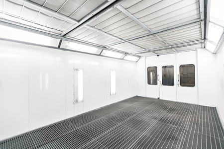 Spray paint cabinet in a car repair station. Auto service concept. High-quality painting of vehicles in a room with a filter and good light Standard-Bild