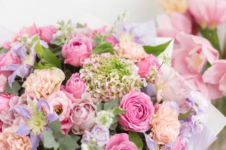 Close-up piękny luksusowy bukiet mieszanych kwiatów w szklanych wazonach. praca kwiaciarni w kwiaciarni. Tapeta